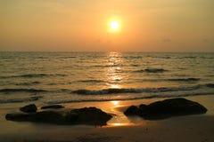 Sun dourado que ajusta-se sobre o mar ondulado de Tailândia Imagem de Stock Royalty Free