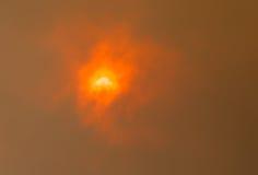 Sun durch Bushfire-Wolken Stockfoto