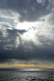 Sun durch die stürmischen Wolken in dem gefrorenen Meer Stockbild