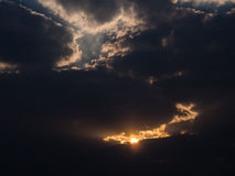 Sun durch Wolken ein Lichtstrahl Lizenzfreies Stockfoto