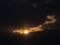 Sun durch Wolken ein Lichtstrahl Stockfoto