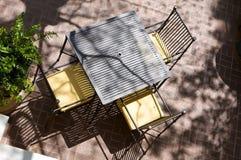 Sun durchnäßte Tabelle für drei an einem im Freienkaffee Franc Stockbild