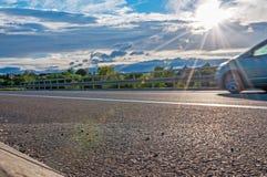 Sun e carro na estrada Fotografia de Stock Royalty Free