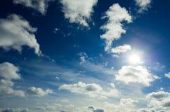 Sun e cielo blu con le nubi Immagini Stock Libere da Diritti