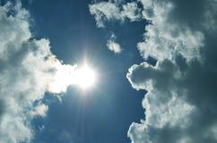 Sun e cielo con le nuvole Fotografie Stock Libere da Diritti