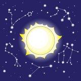 Sun e costellazioni nel cielo notturno Fotografia Stock