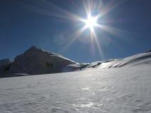 Sun e montagna della neve Immagini Stock