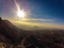 Sun e montagne Immagini Stock