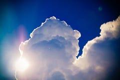 Sun e nubi immagine stock