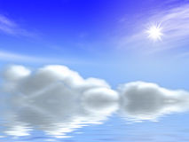 Sun e nubi in cielo blu sopra il mare Immagine Stock