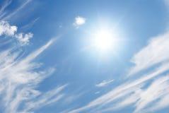 Sun e nuvens brancas temperamentais Imagens de Stock Royalty Free