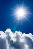 Sun e nuvens na obscuridade - céu azul Foto de Stock Royalty Free