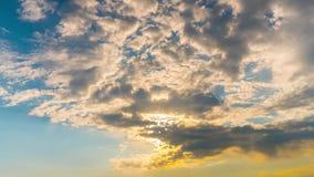 Sun e nuvens no alvorecer, tempo-lapso video estoque