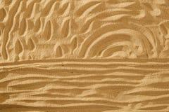 Sun e o oceano na areia no fundo da praia assinam o conceito Imagem de Stock