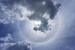 Sun ed anello e nuvola di alone su cielo blu nel giorno soleggiato Immagini Stock Libere da Diritti