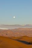 Sun ed aumento della luna sopra Death Valley Fotografia Stock Libera da Diritti