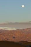Sun ed aumento della luna sopra Death Valley Fotografie Stock