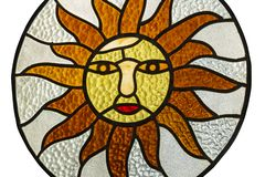 The Sun in einem Buntglasfenster lizenzfreie stockbilder