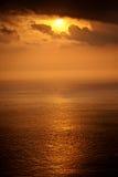Sun-Einstellung über dem Mittelmeer Lizenzfreie Stockfotos