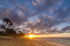 Sun-Einstellung über Wellen auf dem Strand und einem beträchtlichen Himmel auf Sonnenuntergang-Strand in Hawaii lizenzfreie stockfotografie