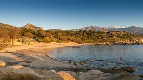 Sun-Einstellung auf dem Strand an Arinella-Strand in Korsika Lizenzfreies Stockfoto