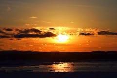 Sun-Einstellung auf einem Winter Oberen See Lizenzfreie Stockfotos