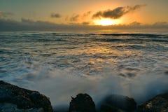Sun-Einstellung über dem Horizont, wie von der südlichen Wellenbrecher-Betrachtungs-Plattform in Greymouth, Neuseeland angesehen Stockbild