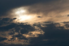 Sun-Einstellung in einem Bedrohen und in einem stürmischen Himmel stockbild