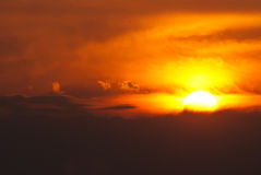Sun-Einstellung in einem rauchigen Westhimmel Stockbilder