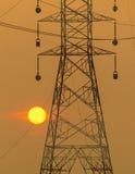 Sun-Einstellung neben dem Schattenbild des Masts Stockfoto