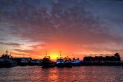 Sun-Einstellung zwischen Booten im Freo Hafen stockfoto