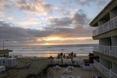 Sun-Einstellungs-Ansicht vom Surfer-Strand-Hotel lizenzfreies stockbild