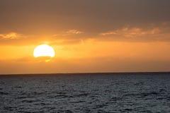 Sun-Einstellungs-Ansicht vom Surfer-Strand-Hotel stockfotografie