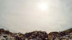 Sun em Grey Sky Over Garbage Dump em Ucrânia video estoque