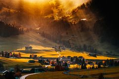 Sun emite la iluminación a través de las nubes y caer abajo al li Imagen de archivo libre de regalías