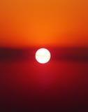 Sun en el cielo de la puesta del sol del resplandor Imagen de archivo