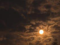 Sun en Gray Clouds lleno imagenes de archivo