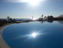Sun en la piscina Fotos de archivo