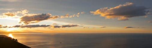 Sun en la puesta del sol en la costa de Gipuzkoa en el mar Foto de archivo libre de regalías