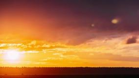 Sun en la salida del sol en el cielo Cielo dramático brillante con las nubes mullidas Colores amarillos, anaranjados, azules y ma metrajes