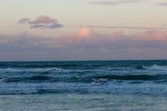 Sun en las nubes sobre las ondas Fotografía de archivo libre de regalías