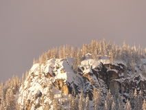 Sun en peñasco nevoso Imágenes de archivo libres de regalías