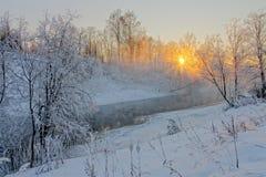 Sun&en x27; s rays i en frostig morgon på floden Royaltyfria Foton
