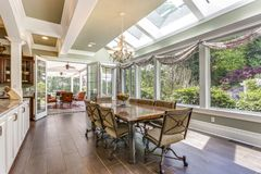 Sun encheu o espaço para refeições de uma grande casa do país imagem de stock royalty free