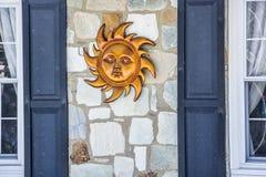 Sun entre duas janelas Foto de Stock