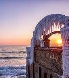 Sun entre la fenêtre de glace Photos stock