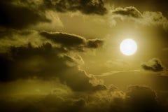 Sun entre nuvens escuras fotografia de stock royalty free