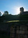 Sun está aumentando atrás da torre em fotress de Kalemegdan, Belgrado da déspota Fotos de Stock