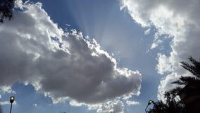 The Sun está detrás de las nubes imagen de archivo