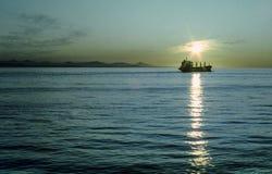 Sun está fijando en un barco que viaja en el Océano Pacífico cerca de Seattle Imágenes de archivo libres de regalías